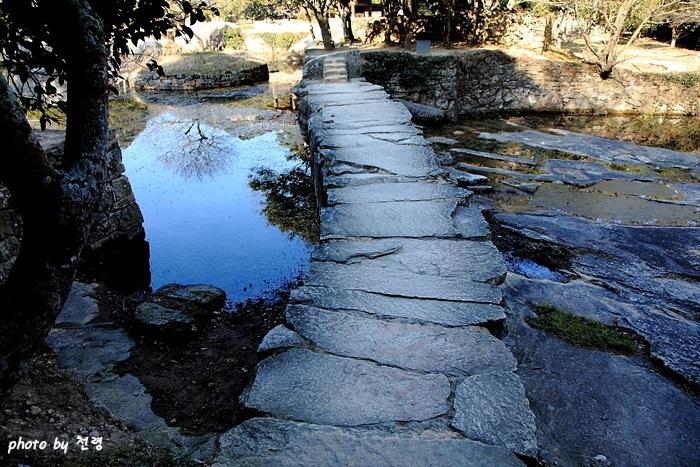 판석보 우리나라 정원에서 이곳에서만 볼 수 있는 유일한 석조보로 마을 사람들은 굴뚝다리라고 부른다.