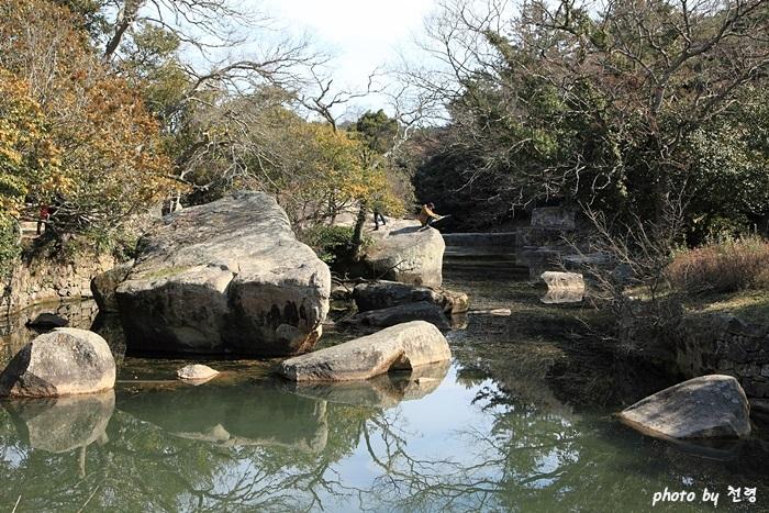 계담의 바위들 600여 평의 꽤 너른 연못인 개울(계담)에선 이름 있는 일곱 바위를 비롯해 집채만 한 기묘한 바위들을 볼 수 있다.