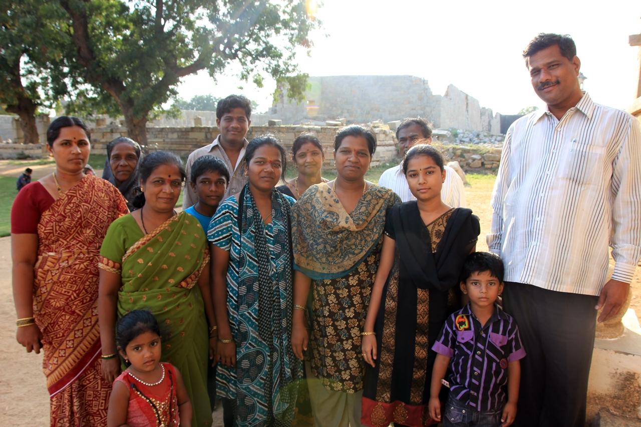 인도를 여행하다보면 흔히 생기는 일  어째서인지 카메라를 들고 있으면 처음보는 가족들이 사진을 찍어달라며 일렬로 포즈를 취한다.