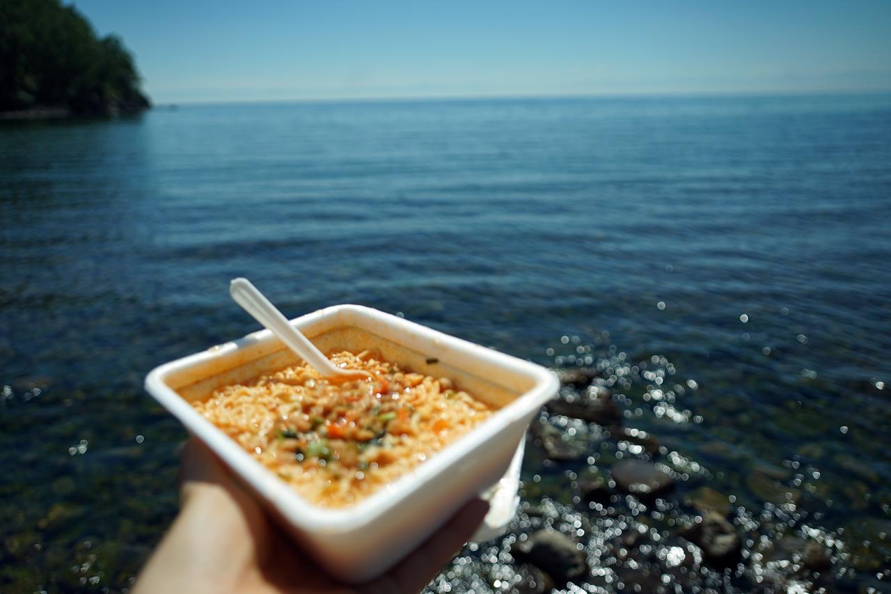 나홀로 여행의 점심 러시아 바이칼 호수물에 발 담그고 혼자 도시락 라면을 먹었다.