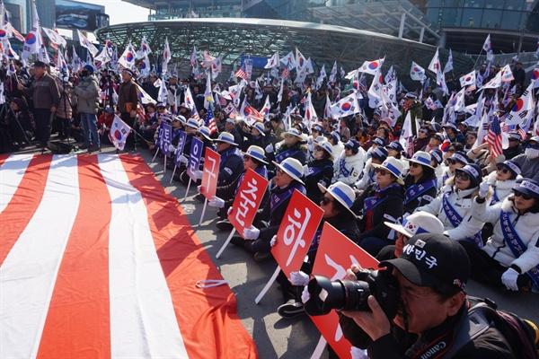 3일 오후 '박근혜 전 대통령 무죄 석방 천만인 서명운동본부'는 서울역 광장에서 '박근혜 대통령 무죄'를 주장하며 정부를 규탄하는 집회를 열었다.