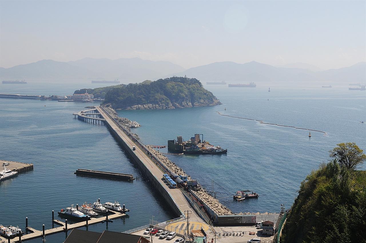 오동도 전망 해상케이블카 엘리베이터를 타고 올라가서 바라본 오동도 전망. 방파제로 연결된, 둘레 2km의 작은 섬이다.