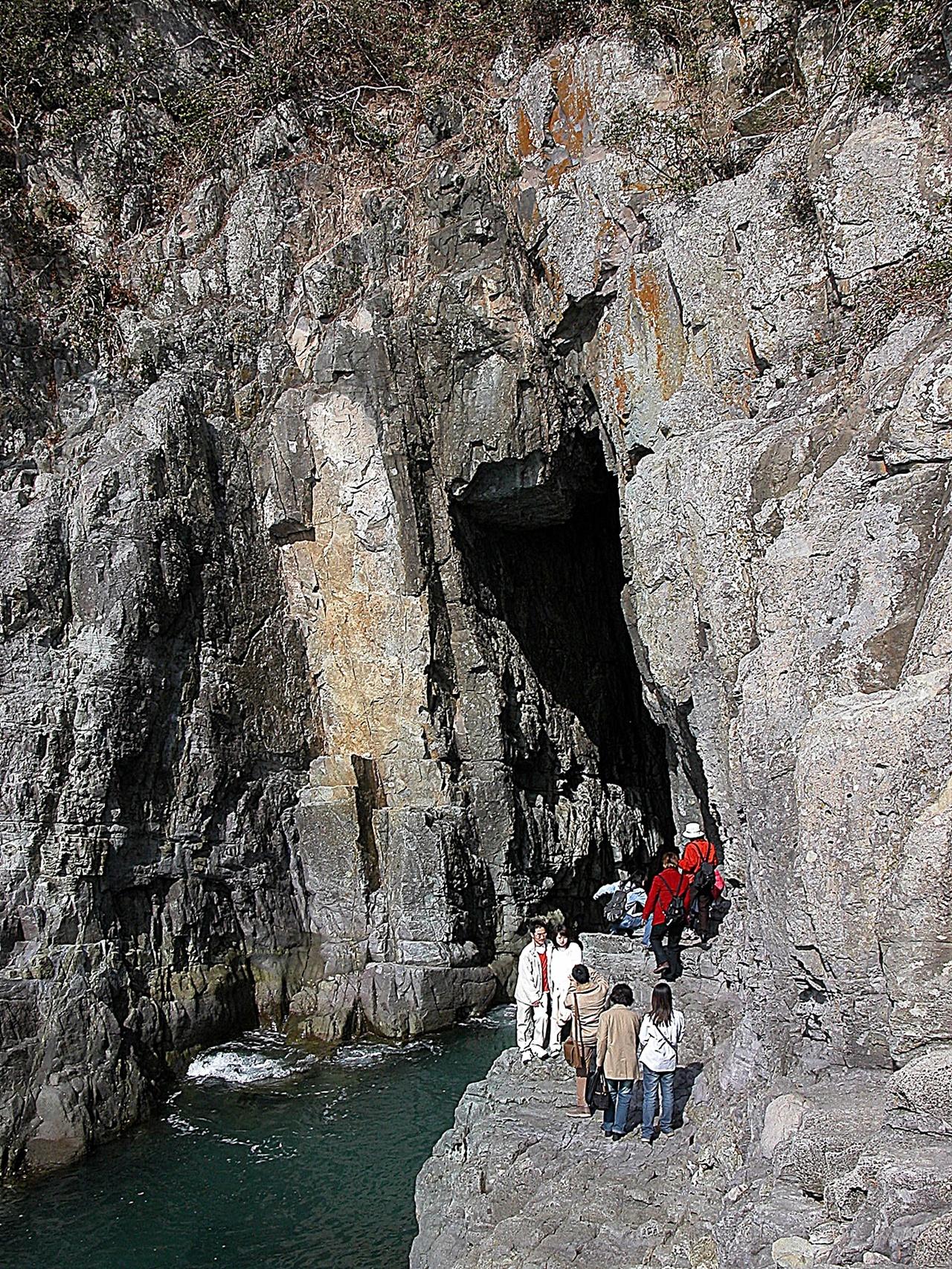 오동도 용굴 오동도에는 동백만 있는 것이 아니다. 해안에는 기암의 동굴도 있어 볼거리가 된다. 파도가 만든 용굴의 발 아래에는 지금도 파도가 들이친다.
