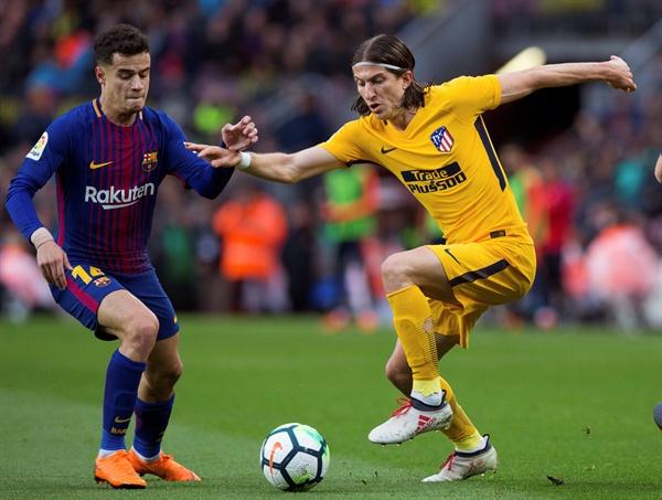 5일 오전 0시 15분(한국시간), 스페인 캄프 누 구장에서 열린 스페인 프리메라리가 FC바르셀로나와 AT마드리드 간의 경기. FC바르셀로나의 필리페 쿠티뉴 선수와 AT마드리드의 필리페 루이스 선수가 공을 다투고 있다.