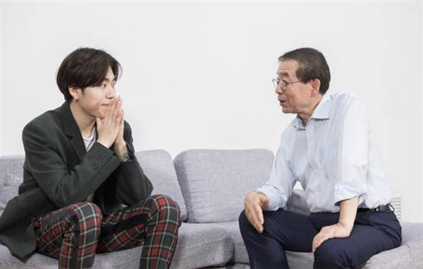 박원순 서울시장(오른쪽)이 2017년 10월 23일 아이돌그룹 블락비 출신의 래퍼 지코(본명: 우지호)를 만나 인터뷰를 했다.