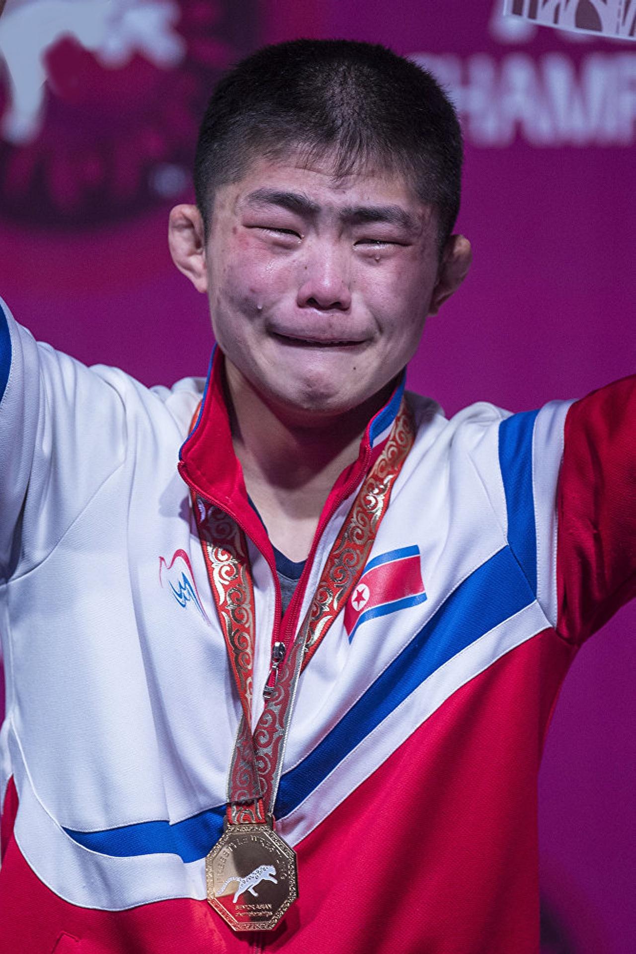 북한 강금성 선수의 금메달 시상대에서 2018 아시아 레슬링 선수권대회 자유형 57kg급에 출전한 북한 강금성 선수가 시상대에서 감격의 눈물을 흘리고 있다.