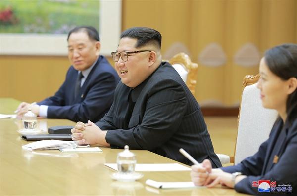 대북 특사단 만난 김정은 위원장 김정은 북한 노동당 위원장이 지난 5일 북한을 방문 중인 정의용 수석 대북특사 등 특사단과  면담하고 있다. 오른쪽에 면담에 배석한 김여정 노동당 제1부부장이 앉아 있다.