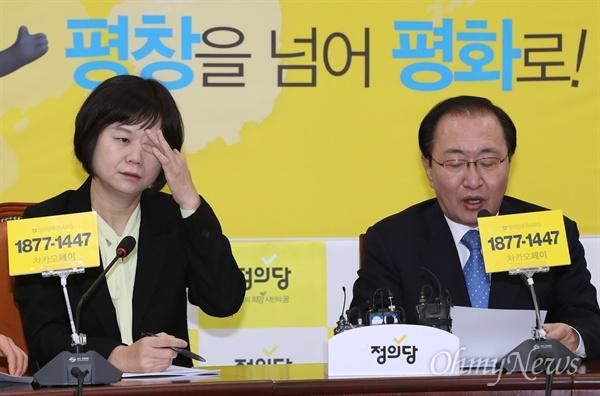정의당 이정미 대표와 노회찬 원내대표가 6일 오전 국회 본관에서 열린 의원총회에 참석하고 있다.