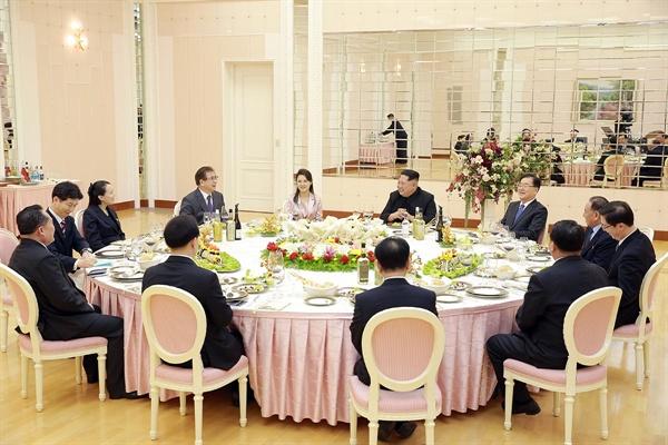 지난 5일 오후 6시 정의용 청와대 국가안보실장을 비롯한 대북특사단이 김정은 노동당 위원장을 접견하고 만찬을 함께한 모습.