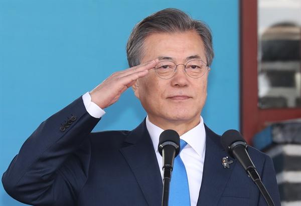문재인 대통령이 6일 오후 서울 태릉 육군사관학교에서 열린 제74기 육사 졸업 및 임관식에 참석, 경례를 받고 있다.