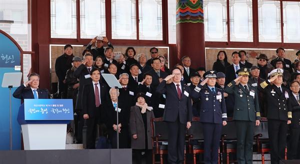 거수경례하는 문재인 대통령 문재인 대통령(왼쪽)이 6일 오후 서울 태릉 육군사관학교에서 열린 제74기 육사 졸업 및 임관식에 참석, 생도들로부터 경례를 받고 있다.