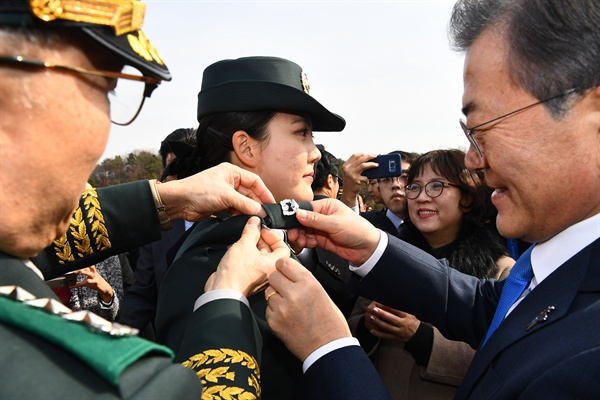 문재인 대통령이 6일 오후 서울 태릉 육군사관학교에서 열린 제74기 육사 졸업 및 임관식에 참석해 졸업 생도에게 소위 계급장을 달아주고 있다.