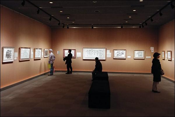 관람객 평일인데도 미술관의 5개 전시실 마다 제법 관람객이 많았다.
