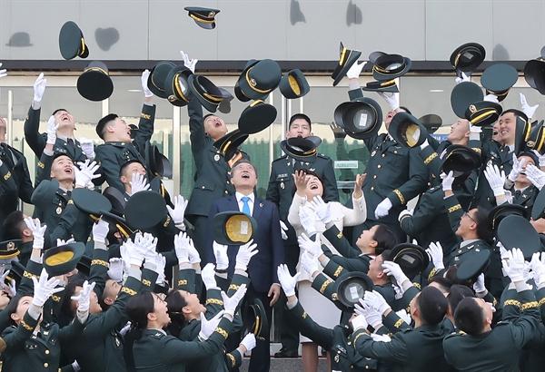 문재인 대통령과 김정숙 여사가 6일 오후 서울 태릉 육군사관학교에서 열린 제74기 육사 졸업 및 임관식이 끝난 뒤 졸업생들과 함께 정모를 하늘높이 던지는 축하 세리머니를 함께하고 있다.