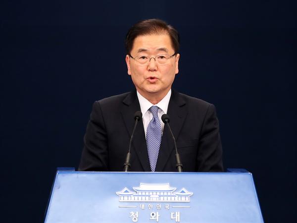 대통령 특사로 북한을 방문한 정의용 국가안보실장이 6일 오후 서울로 귀환한 뒤 청와대 춘추관에서 결과 브리핑을 하고 있다.