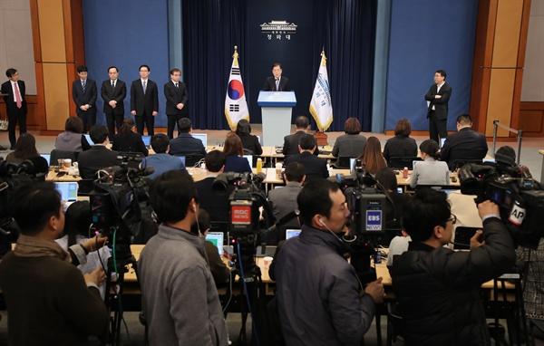 대통령 특사로 북한을 방문한 정의용 국가안보실장과 특사단이 6일 오후 서울로 귀환한 뒤 청와대 춘추관에서 결과 브리핑을 하고 있다.