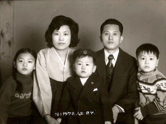 구수정 씨 가족 1972년에 찍은 가족사진. 맨 왼쪽이 구수정 씨다. 사진 제공_구수정