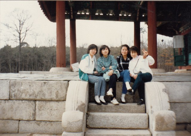 1987년 위장취업 시절 동료들과 나들이 갔을 때. 왼쪽에서 둘째가 구수정이다. 사진 제공-구수정