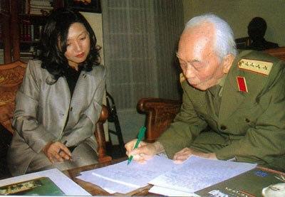 2005년 베트남 종전 30돌을 맞이해 베트남군 전 총사령관 보응우옌잡 장군과 특별 인터뷰를 하는 구수정. 사진 제공_ 구수정