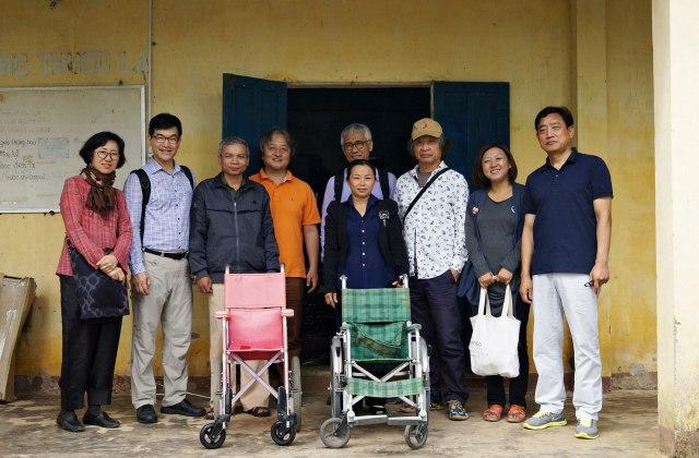 2013년 베트남전 피해자들의 지속 가능한 자립을 도모하기 위해 베트남 사회적 기업 '아맙'과 함께 '아시아공정무역네트워크'를 만들었다. 오른쪽에서 두 번째가 구수정이다. 사진 제공_ 구수정