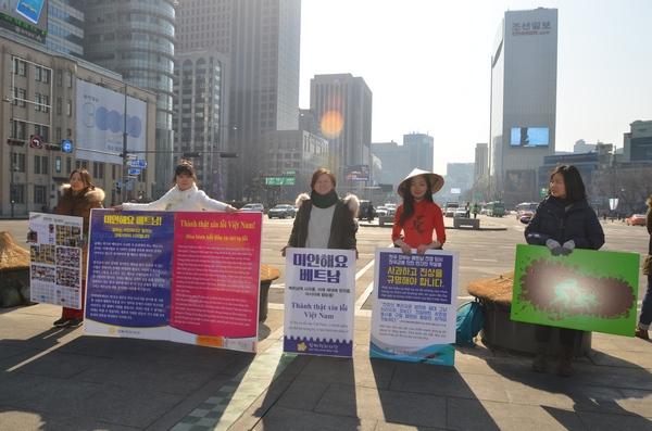 지난 2월 2일 광화문에서 '미안해요 베트남' 캠페인을 벌이고 있는 구수정과 한베평화재단 회원들. 사진_ 안건모
