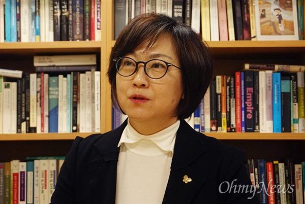 <오마이뉴스>와 인터뷰하고 있는 이나영 중앙대 사회학과 교수