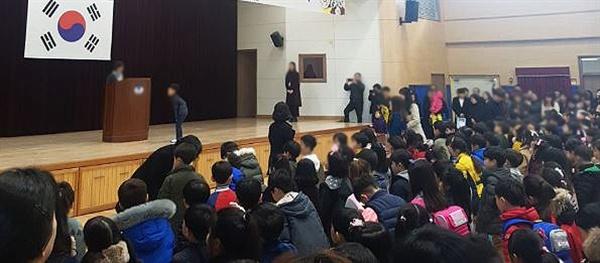 입학식에서 서 있는 아이들