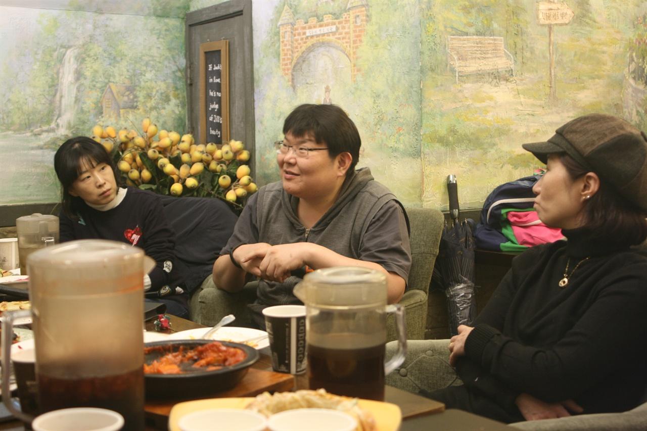 지난 2월 28일 종로2가 민들레영토에 모여 마을공동체에 대해 얘기 나누고 있는 모습