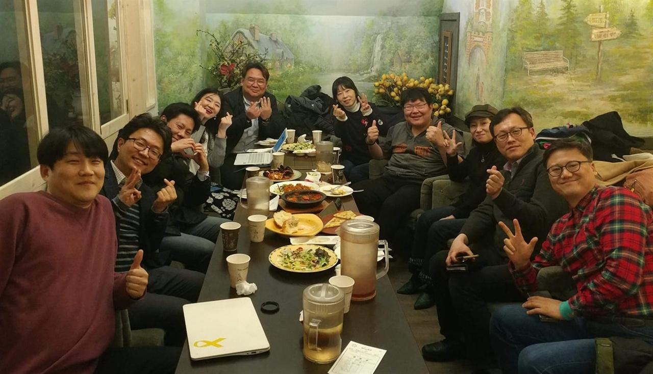 2월 28일 서울 마을공동체 논의 모임 마무리하고서 찍은 단체사진