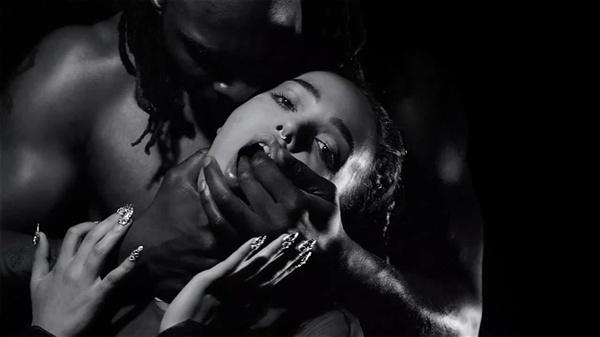 'Papi pacify' 뮤직비디오에서의 FKA 트윅스.