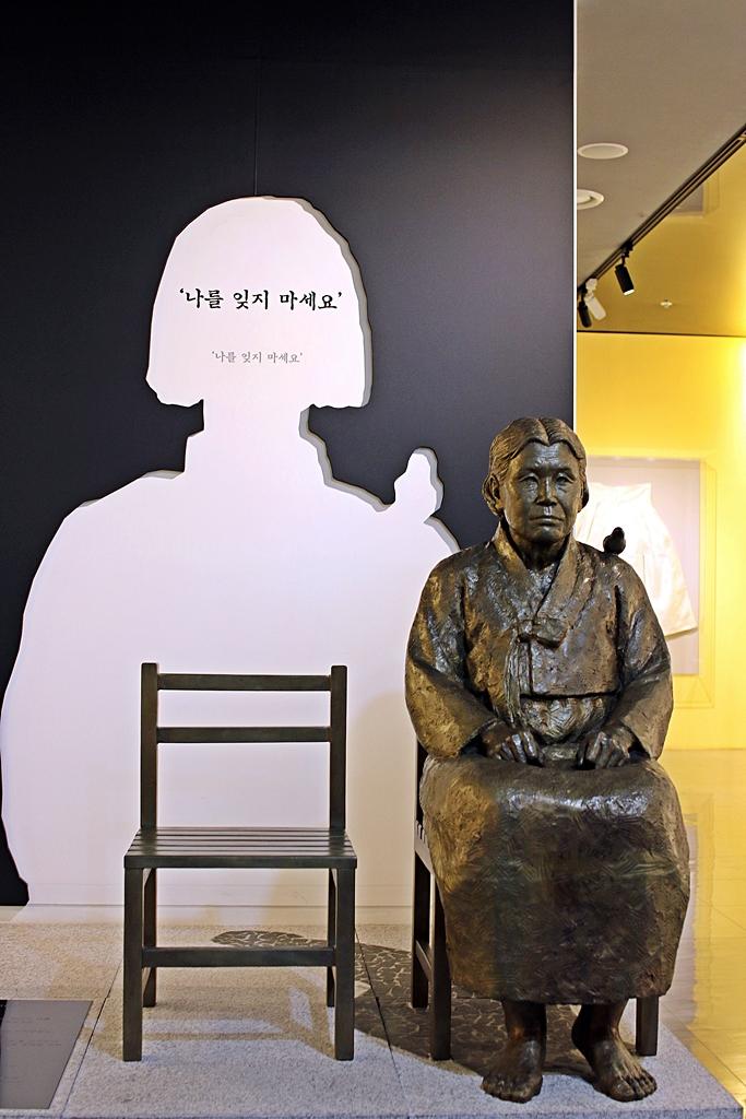 국립여성사전시관에 위치한 위안부 기림비 최초 증언자인 김학순 할머니의 모습을 하고 있다.