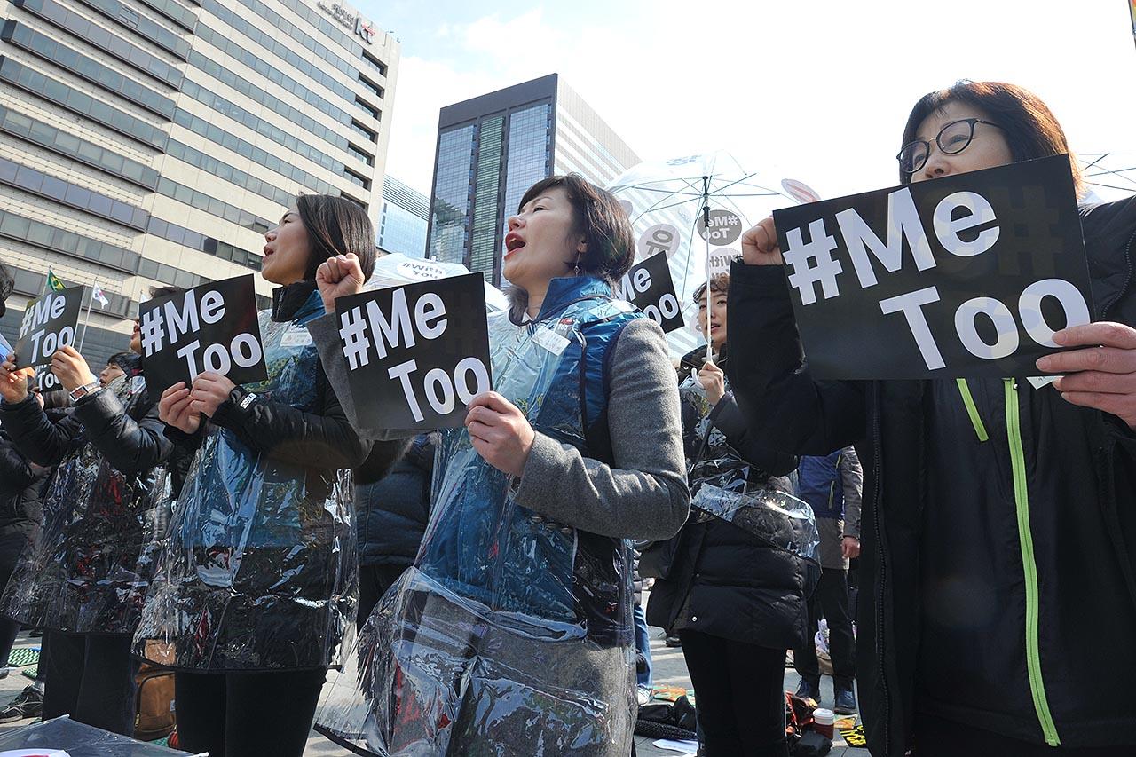 민주노총은 세계 여성의 날인 8일 오후 서울 종로구 광화문광장에서 3.8 세계여성의 날 전국여성노동자대회를 개최했다. 참가자들이 '차별없는 노동조건 개선' 등의 구호를 외치고 있다. 2018.03.08