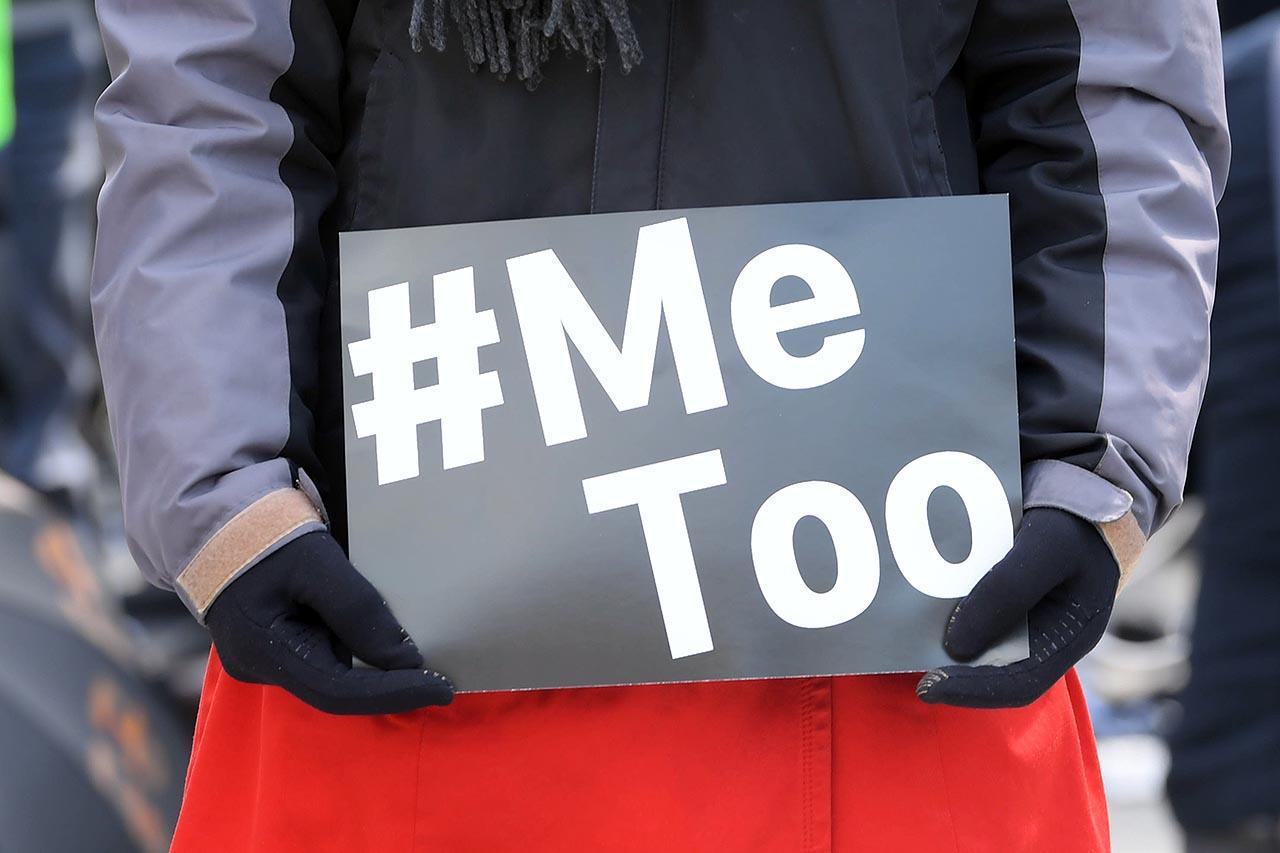 민주노총은 세계 여성의 날인 8일 오후 서울 종로구 광화문광장에서 3.8 세계여성의 날 전국여성노동자대회를 개최했다. 참가자가 '#Me Too'가 씌어진 피켓을 들고 있다. 2018.03.08