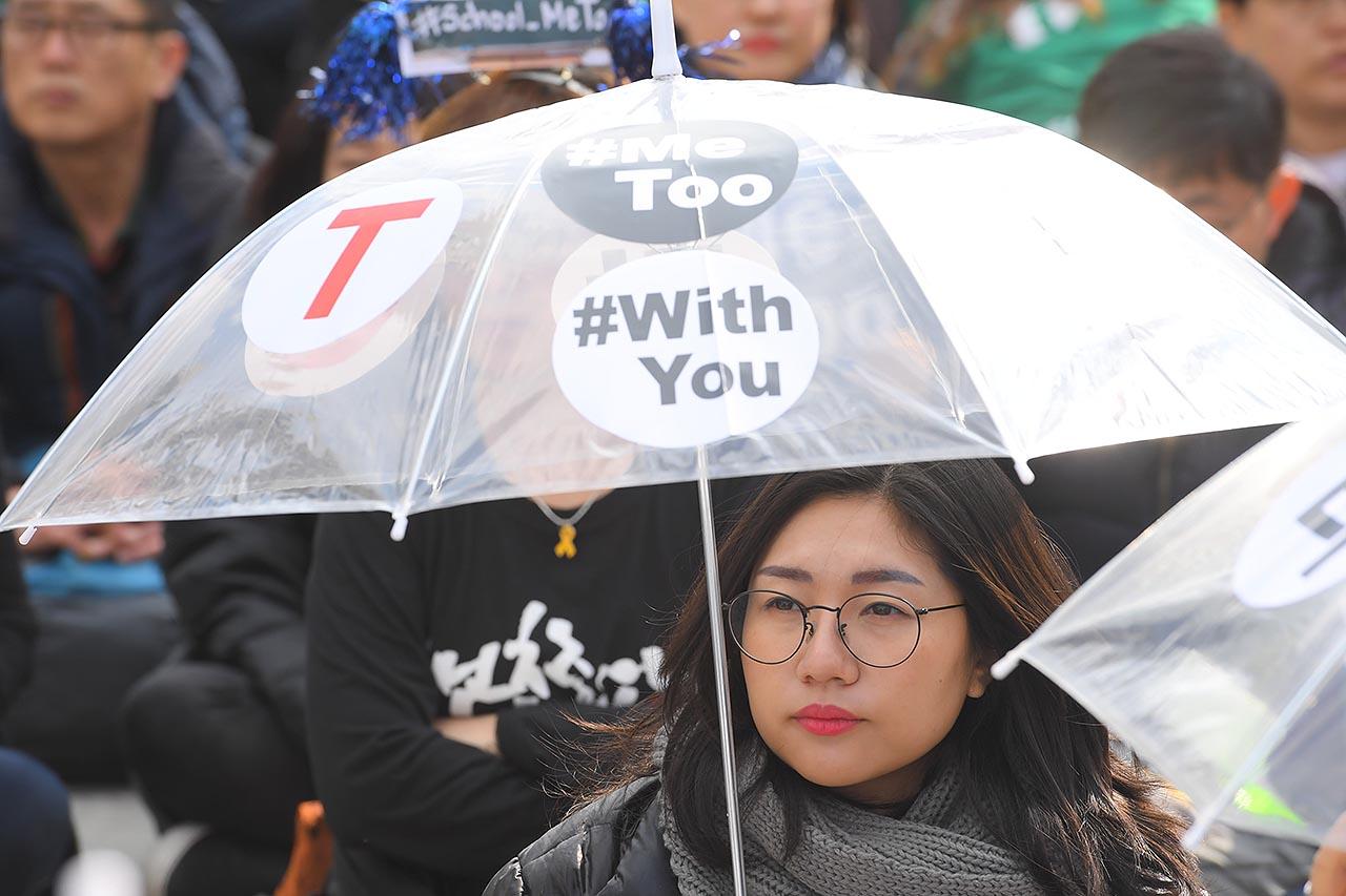 민주노총은 세계 여성의 날인 8일 오후 서울 종로구 광화문광장에서 3.8 세계여성의 날 전국여성노동자대회를 개최했다. 한 참가자가 ''유리천장 OUT #Me Too #With You' 스티커를 붙인 투명 비닐우산을 쓰고 있다. 2018.03.08