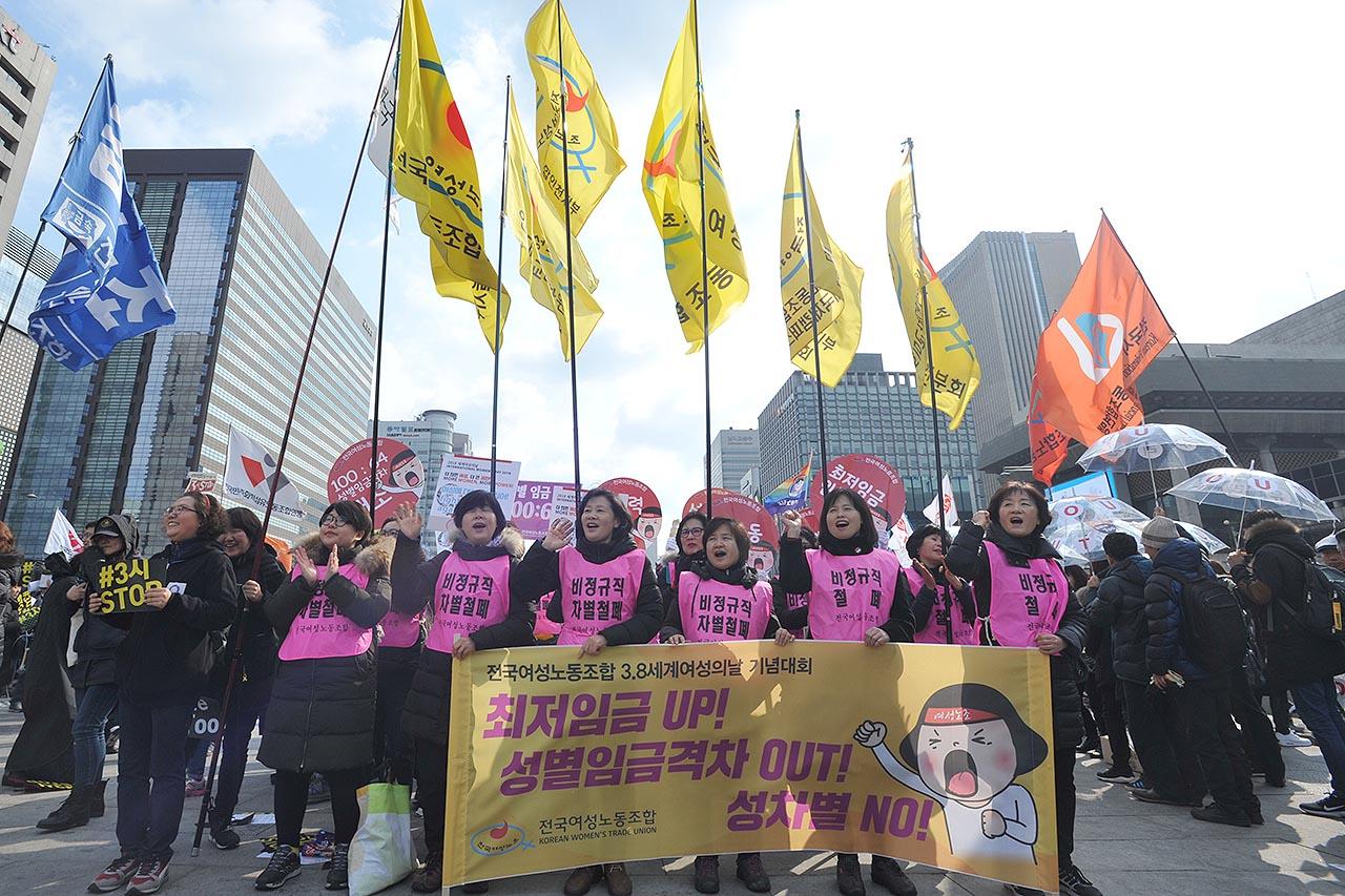 세계 여성의 날인 8일 오후 서울 종로구 광화문광장에서는 '제2회 3시 STOP 조기퇴근 시위'가 열린 가운데 참가자들이 구호를 외치고 있다. 2018.03.08