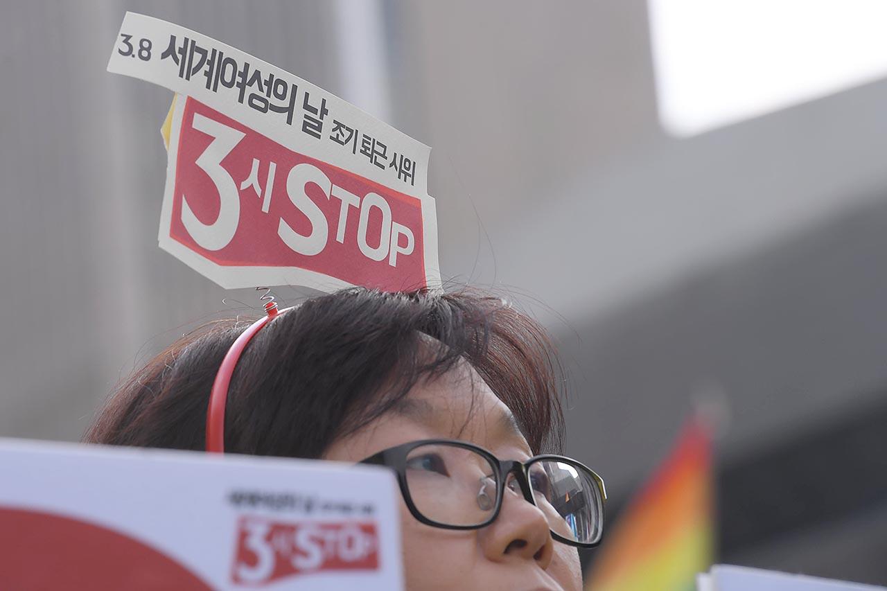 세계 여성의 날인 8일 오후 서울 종로구 광화문광장에서는 '제2회 3시 STOP 조기퇴근 시위'가 열린 가운데 참가자들이 '3시 STOP 조기퇴근' 시위를 알리는 머리띠를 하고 있다. 2018.03.08