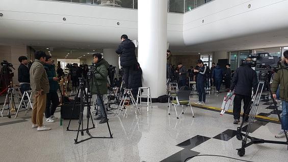안희정 전 지사의 기자회견이 취소되자 대기하고 있던 기자들이 철수하고 있다.
