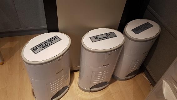 프레스센터에는 곳곳에 쓰레기통이 있다.