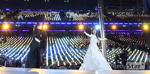패럴림픽 조수미-소향 공연 9일 오후 강원도 평창올림픽스타디움에서 열린 '2018 평창 동계패럴림픽(장애인올림픽)' 개회식에서 성악가 조수미(오른쪽)와 가수 소향이 축하공연을 펼치고 있다.