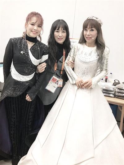 가수 소향과 서승연 디자이너, 소프라노 조수미가 9일 저녁 평창동계패럴림픽 개막행사장에서 함께 사진을 찍었다.
