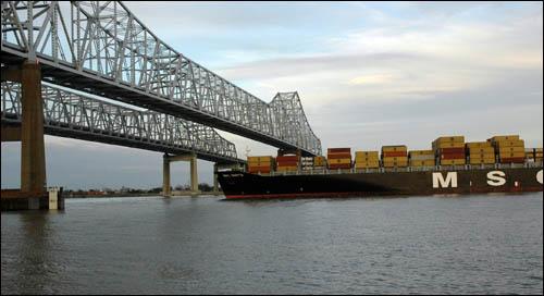 미국 크레이터 뉴올리언스 다리를 통과하는 컨테이너선