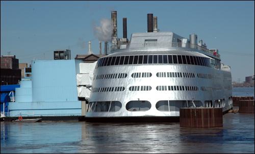 미국 세인트루이스 항에서 카지노로 사용되는 크루즈선.