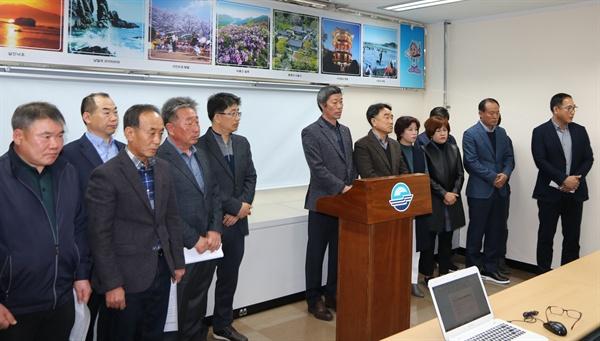 사천시체육회 부회장들은 12일 사천시청에서 기자회견을 열어, 전직 부회장의 여직원 상습 성추행, 성희롱 사건에 대해 사과했다.