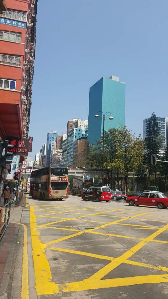 템플스트리트 야시장 인근의 간선도로의 2층 버스와 택시