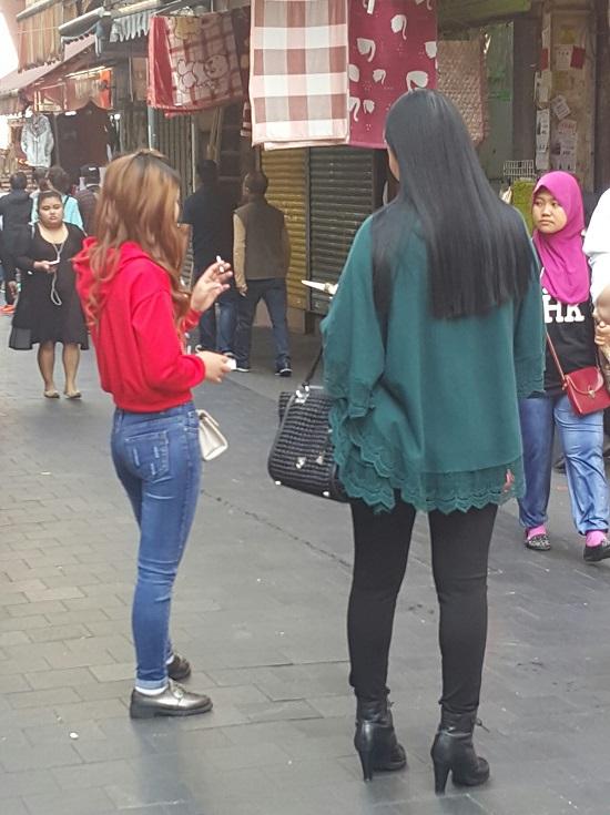 거리에서 담배를 피우는 젊은 여성