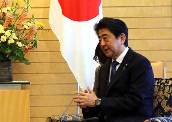 발언하는 아베 총리 13일 아베 신조(安倍晋三) 일본 총리가 일본 도쿄 총리 공관에서 서훈 국정원장을 만나 발언하고 있다.