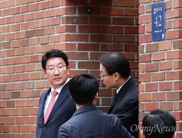 MB자택 나오는 권성동 뇌물수수, 횡령, 조세포탈 등의 혐의를 받는 이명박 전 대통령이 검찰에 소환되는 14일 오전 자유한국당 권성동 의원이 서울 강남구 논현동 이 전 대통령 자택에서 나오고 있다.