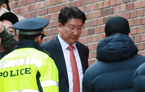 자유한국당 권성동 의원이 14일 오전 서울 강남구 논현동 이명박 전 대통령의 자택으로 향하고 있다.