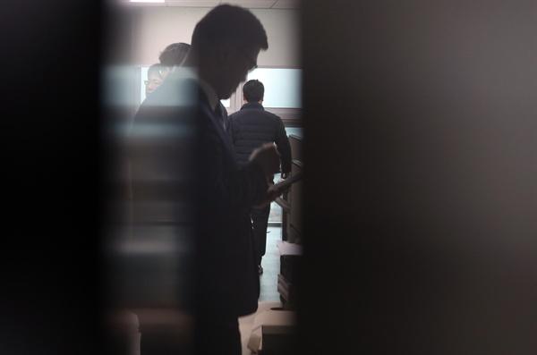 8일 오전 국회 의원회관 자유한국당 권성동 의원 사무실에서 검찰관계자들이 압수수색을 하고 있다. 검찰은 강원랜드 채용비리 수사외압 의혹 등과 관련해 이날 압수수색에 나섰다.