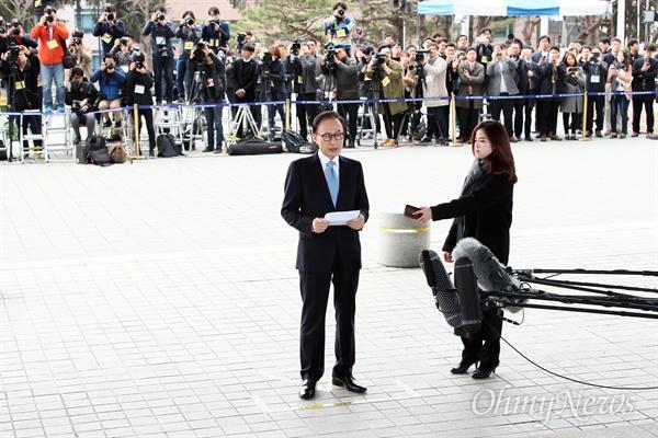 다스 비자금 의혹과 뇌물 수수 등의 혐의를 받고 있는 이명박 전 대통령이 14일 오전 서울 서초구 서울중앙지방검찰청에서 피의자 신분으로 조사를 받기 위해 청사로 들어서고 있다.